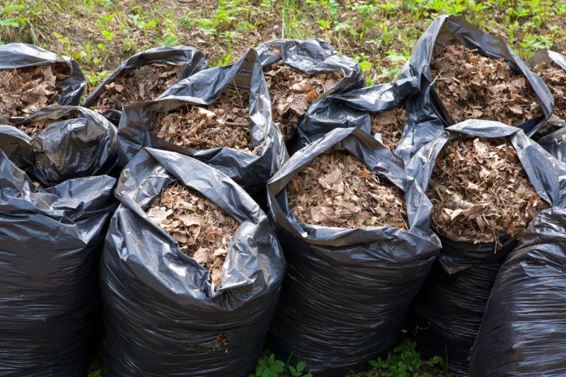 Компост в полиэтиленовых мешках для мусора