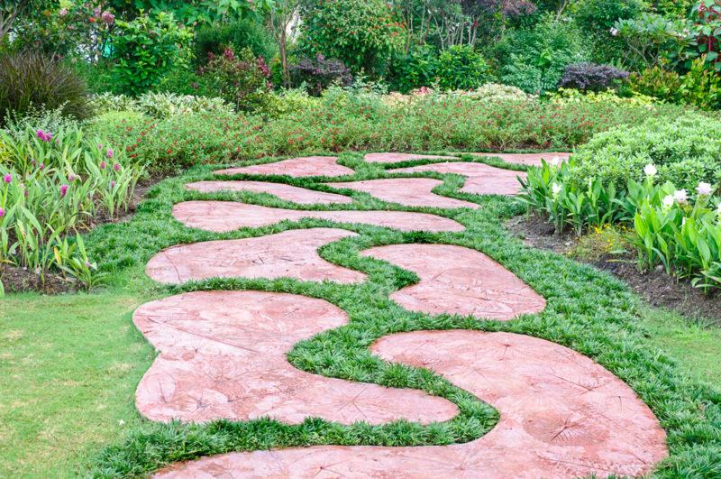 Как красиво создать садовую дорожку из подручных материалов — наиболее практичные варианты исполнения